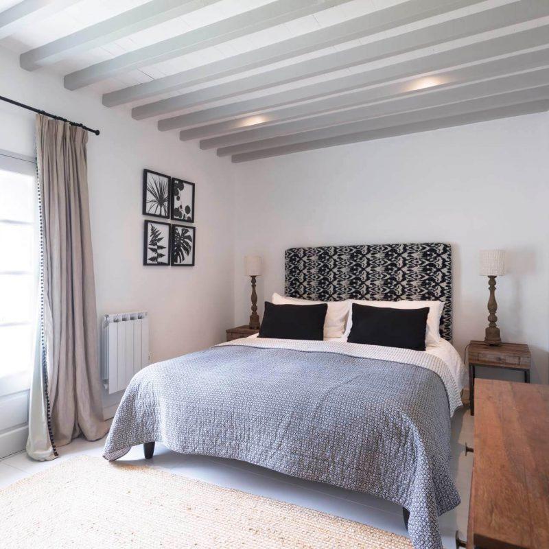 Chambre spacieuse et épurée rustique location saisonnière gard